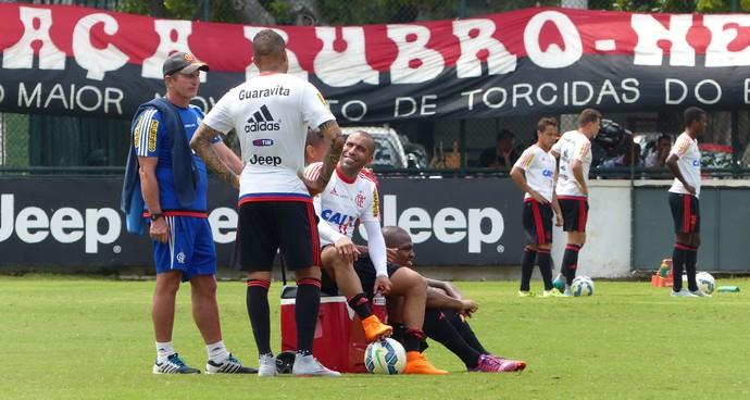 Emerson Sheik conversa com Guerrero no treino deste sábado (Foto: Fred Gomes/GloboEsporte.com)