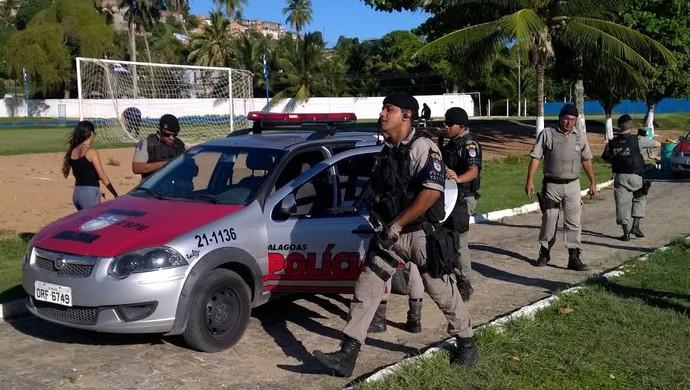 Polícia chegando ao Mutange (Foto: Nivio Dorta/GloboEsporte.com)
