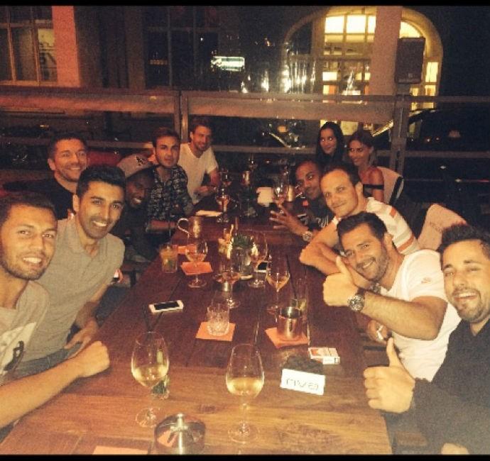 Mario Götze janta com amigos (Foto: Reprodução/Instagram)