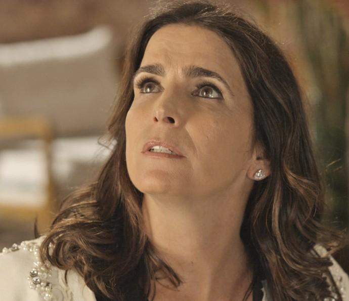 Rebeca fica chocada ao ver Aparício em restaurante (Foto: TV Globo)