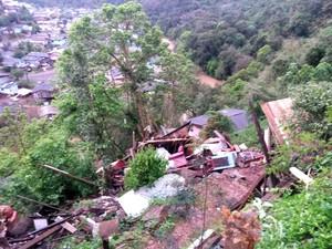 Residência só parou quando bateu em árvore (Foto: Rádio Vitória AM/Divulgação)