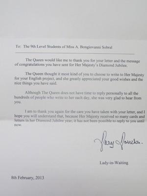 Carta enviada em nome da rainha Elisabeth às estudantes de São Vicente, SP (Foto: Mariane Rossi/G1)