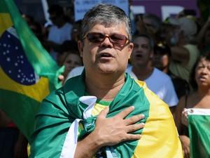 Manifestante coloca a mão no peito para cantar o Hino Nacional (Foto: Alexandre Durão / G1)