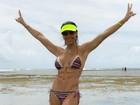 Bella Falconi mostra barriga tanquinho em dia na praia