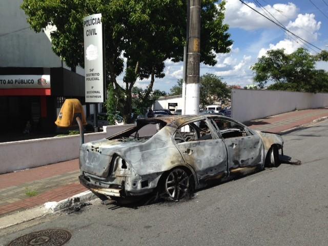 Ford Fusion foi incendiado; carcaça foi levada para delegacia. (Foto: Márcio Pinho/G1)
