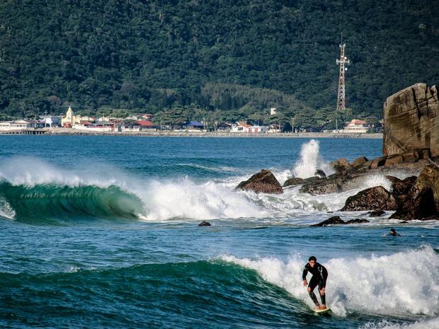 Praia do Morro das Pedras (com Armação) é considerada uma das mais bonitas de Florianópolis (Foto: Carolina Lopes/G1)