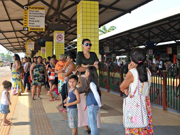 Passageira de ônibus diz que medida atrasa ainda mais o transporte  (Foto: Iryá Rodrigues/G1)