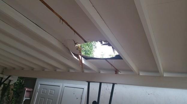 O pacote abriu um buraco no teto