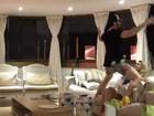 Ex-BBB Rodrigão tenta 'apimentar relação' dançando e quase cai do sofá