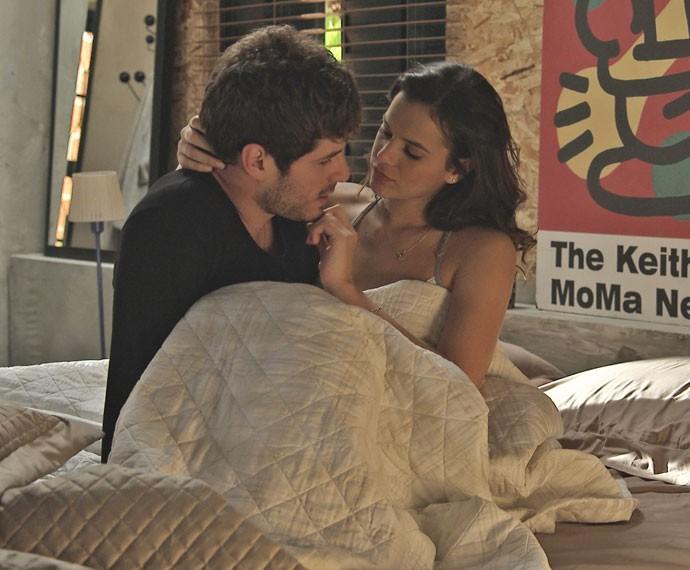 Mari e Ben acordam depois de estrear a cama do novo apartamento (Foto: TV Globo)