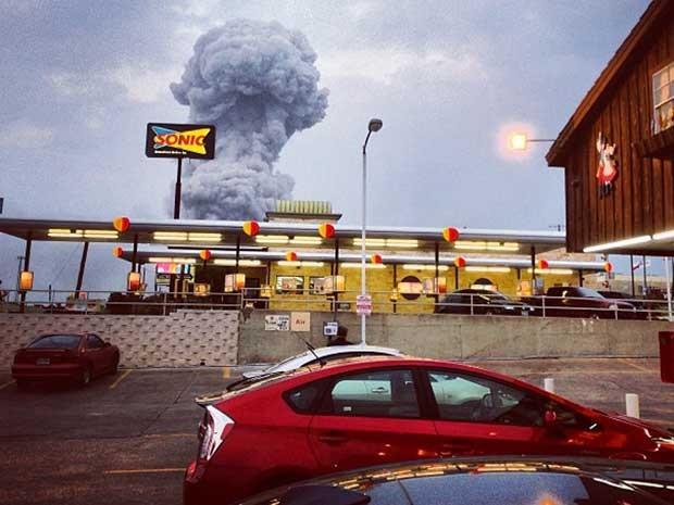 Explosão pôde ser ouvida a quilômetros de distância. Fumaça na fábrica de fertilizantes também foi vista à distância. (Foto: Andy Bartee / AP Photo)