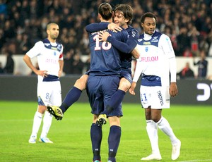 Maxwell comemora gol do PSG com Ibrahimovic contra o Troyes (Foto: Reuters)