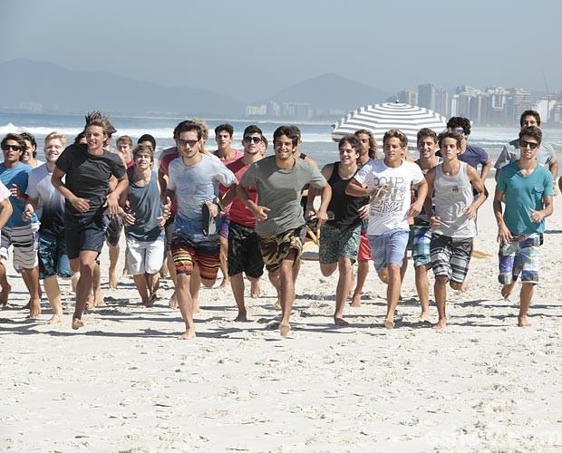 Participantes entram no clima e correm na areia (Foto: Felipe Monteiro / TV Globo)