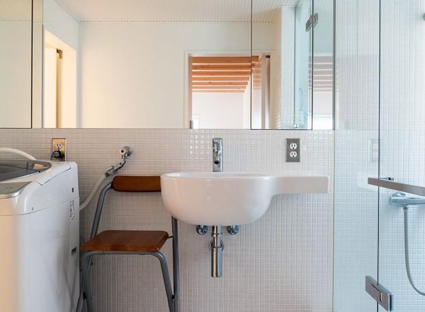 Reparem que a lavadora de roupas fica no banheiro (Foto: Lufe Gomes/Life by Lufe)