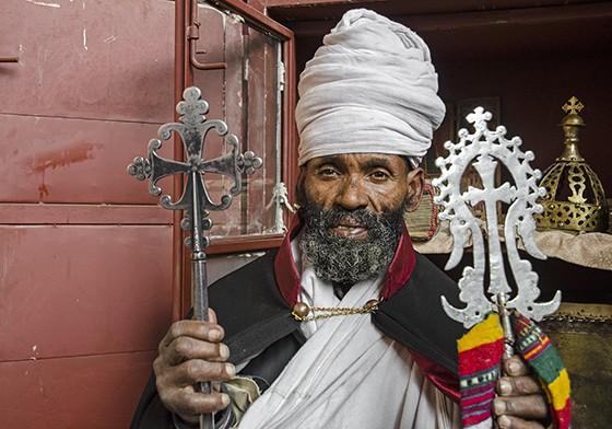 Sete anos após meu primeiro encontro com Abebe, o sacerdote mostra a mesma Cruz de Lalibela  (Foto: © Haroldo Castro/ÉPOCA)