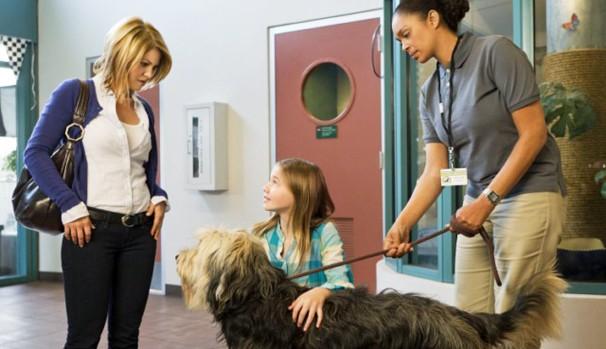 Após se mudarem, Megan (Candace Cameron Bure) e Caitlin (Katie L. Hawkins) adotam um cãozinho (Foto: Divulgação/Reprodução)