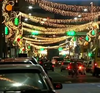 Decoração de Natal encanta moradores que passam pelo Sul do RJ (Foto: Reprodução RJTV 2ª Edição)