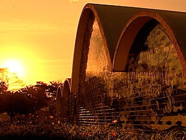 A Igreja São Francisco de Assis, conhecida como Igreja da Pampulha, foi a última obra de Niemeyer a ser erguida no complexo arquitetônico (Foto: Reprodução/TV Globo)