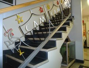Escada com escudo do Galo na casa de Ademar Bicalho (Foto: Cida Santana/Globoesporte.com)