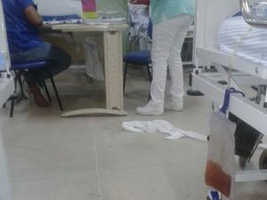 Funcionários trabalham em meio ao lixo na unidade de saúde (Foto: Divulgação)