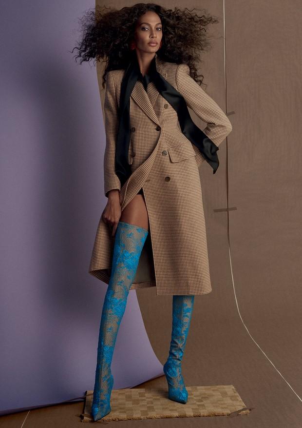 Casaco, blusa, botas e brincos, tudo Balenciaga.  (Foto: Zee Nunes)