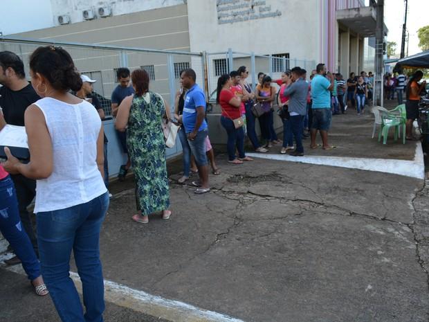 Trabalhadores formam filas para sacar saldo de contas inativas do FGTS, em Porto Velho (Foto: Hosana Morais/G1)