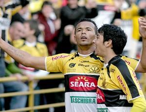 Zé Carlos comemora gol do Criciúma contra o Goiás (Foto: Futura Press)