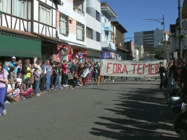 Blumenau teve protesto contra Temer antes de desfile (Foto: Reprodução/RBS TV)