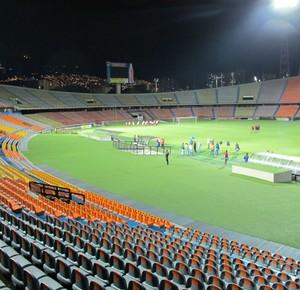 Estádio Atanásio Girardot, em Medellín, não tem grades separando arquibancadas do campo (Foto: Carlos Augusto Ferrari)