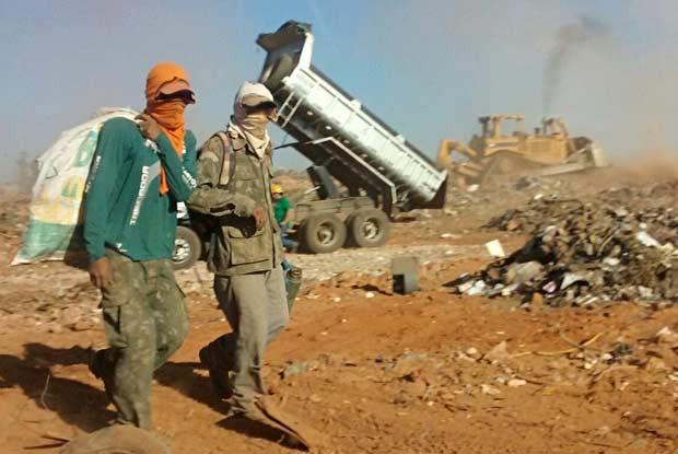 Catadores no lixão da Estrutural, no DF (Foto: Isabella Formiga/G1)