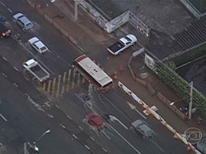 Vazamento de água atrapalhava o trânsito (Foto: (Reprodução TV Globo))