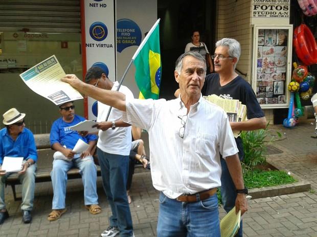 Panfletagem ocorre em Uberaba (Foto: Alex Rocha/G1)