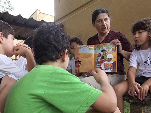 Na escola que fundou, a diretora trabalha voluntariamente e também dá aulas para crianças do ensino fundamental (Foto: Daniel Corrá)