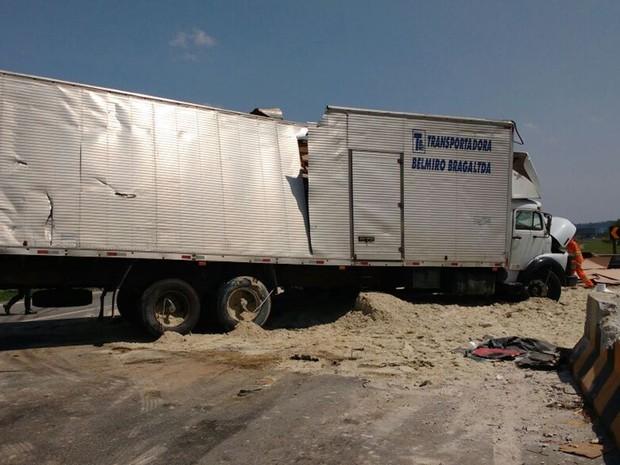 Caminhão carregado com papelão se envolveu em acidente na Ayrton Senna, em Itaquaquecetuba (Foto: Sandra Redivo/ TV Diário)