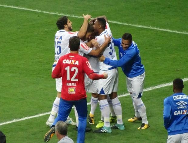 Jogadores abraçam Rafinha para comemorar o gol dele em cima do Santos