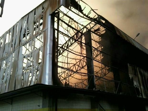 Incêndio destruiu o galpão da empresa, segundo o Corpo de Bombeiros (Foto: Divulgação/Corpo de Bombeiros do Amazonas)