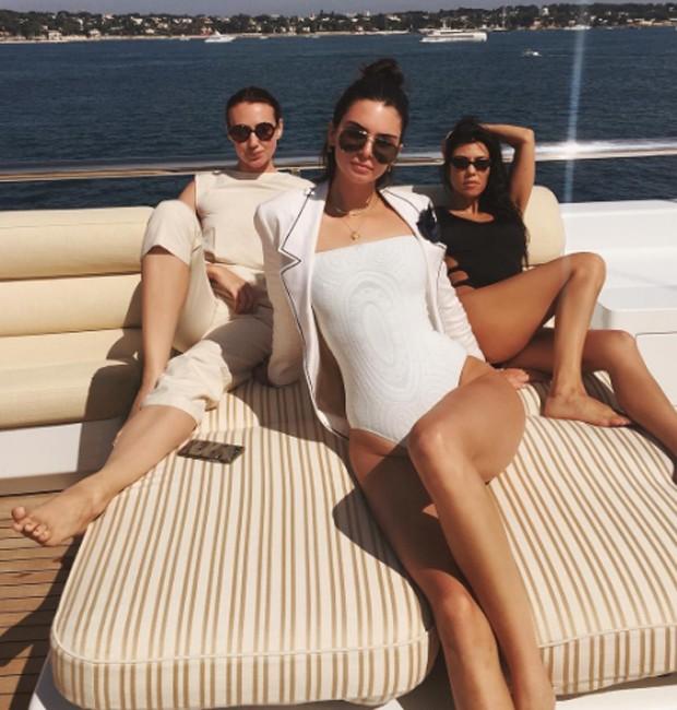 Kendall Jenner e Kourtney Kardashian de férias no Sul da França (Foto: Reprodução / Instagram)