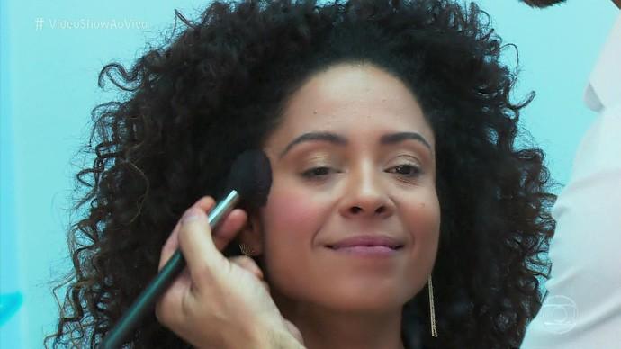 Fernando Torquatto ensina passo a passo para make de pele negra para o Réveillon (Foto: TV Globo)