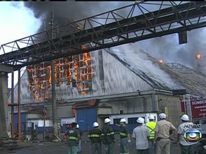 Incêndio de grandes proporções destrói armazéns no Porto de Santos (Foto: Reprodução / TV Tribuna)