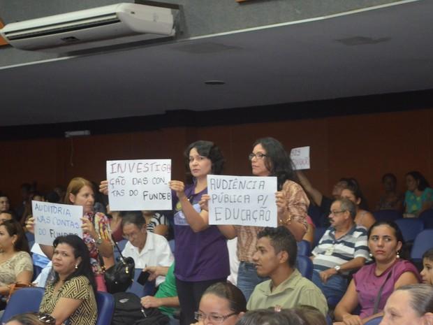 Professores tomaram o plenário da Assembleia Legislativa com vários cartazes (Foto: Jackson Félix/G1 RR)