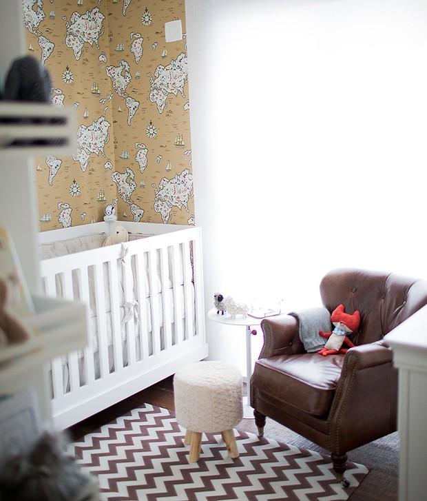Com tons neutros, poltrona confortável, tapete e papel de parede inspirador, o quarto de Nicolas ficou uma graça! (Foto: Carla D'Aqui)