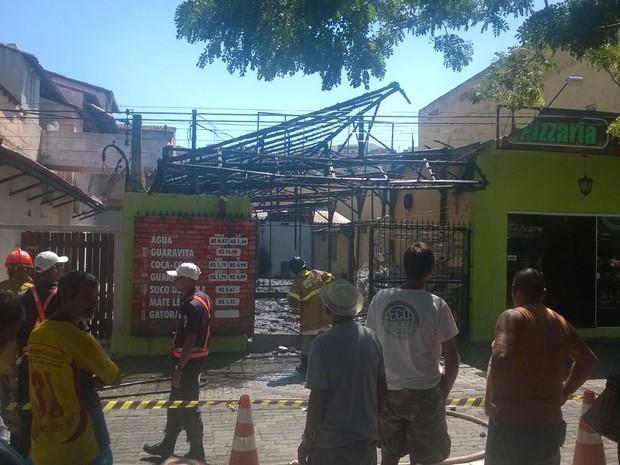 Muitos curiosos pararam no local para acompanhar o trabalho dos bombeiros (Foto: Vinícius Pereira / Inter TV)