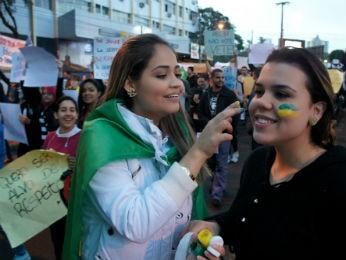 As universitárias Cristiane e Daniele protestaram contra a corrupção  (Foto: Fabiula Wurmeister / G1)