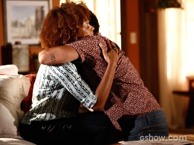 André diz à mãe que precisa desvendar seu passado, mas a ama muito (Foto: Inácio Moraes / TV Globo)