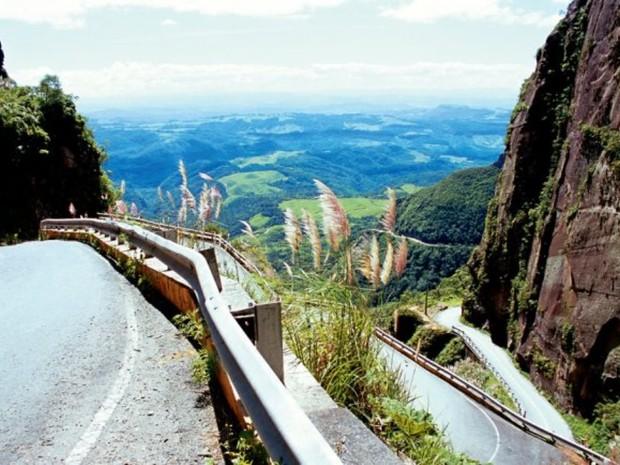 A estrada da Serra do Corvo Branco já foi considerada uma das mais temidas do país e foi a primeira ligação entre o Litoral e a Serra  (Foto: Werner Zotz/Divulgação)