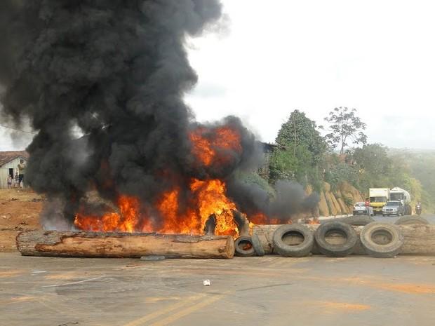 Manifestantes atearam fogo em pneus na BR-222, em Buriticupu (Foto: Reprodução/Internet/Antônio Veras)