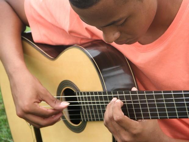 Plínio Fernandes foi selecionado após tocar violão clássico em vídeo (Foto: Divulgação / Prefeitura de Itanhaém)