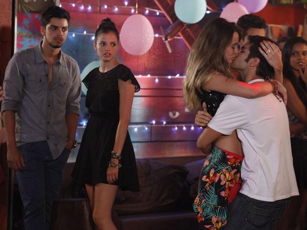 Fatinha resolve pegar Gil e deixa Bruno e Ju boladíssimos (Foto: Malhação / Tv Globo)