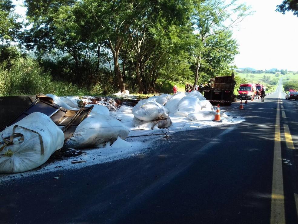 Carga ficou espalhada na pista e trânsito está parcialmente interditado (Foto: Polícia Rodoviária Federal/Divulgação)
