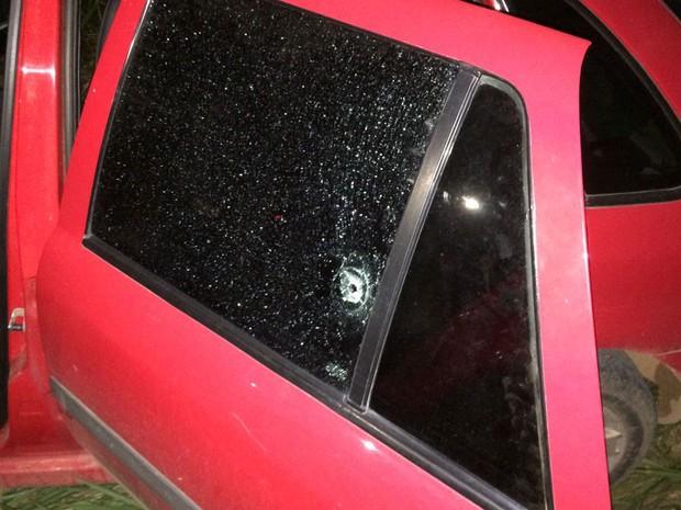 Carro de prefeito foi atingido por tiros na noite de quarta-feira (28) (Foto: Raul Netto / Blog Amarelinho10)